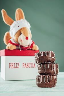 Bolinho de mel caseiro brasileiro coberto com chocolate e uma caixa com a inscrição happy easter - pão de mel