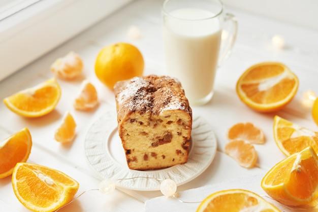 Bolinho de natal com laranjas em um branco