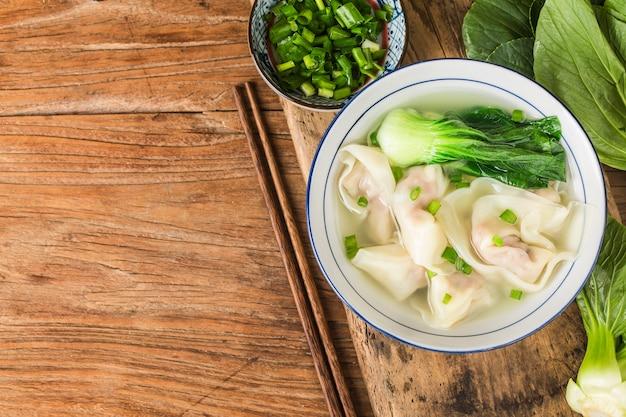 Bolinho de wonton chinês em sopa clara