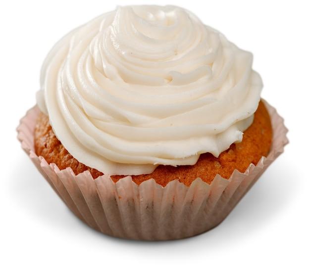 Bolinho delicioso com creme no fundo branco
