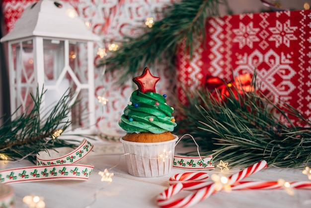 Bolinho delicioso de natal em forma de uma árvore de natal