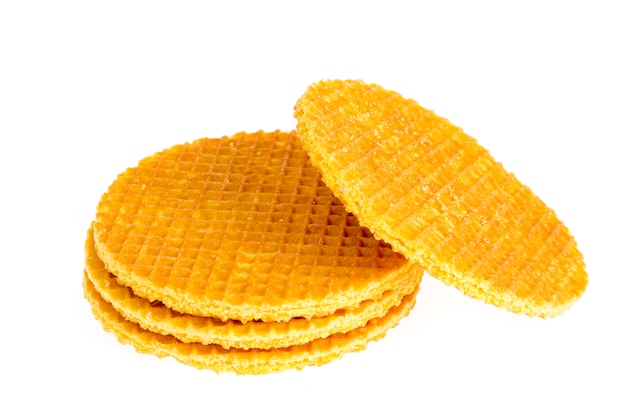 Bolinho doce friável do waffle no fundo branco.