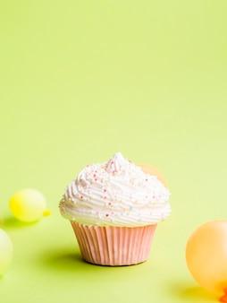 Bolinho e muffin de aniversário simples