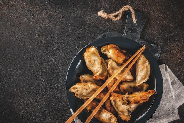 Bolinhos asiáticos tradicionais fritos gyoza