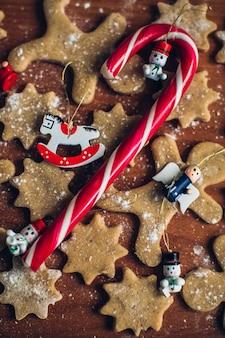 Bolinhos caseiros de gengibre de natal, doces e decoração de natal