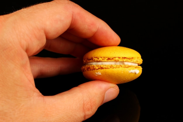 Bolinhos coloridos de bolinho de macarrão na mão
