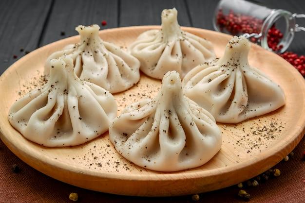 Bolinhos da geórgia khinkali com carne, comida saborosa e saudável