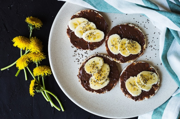 Bolinhos de arroz com chocolate e banana