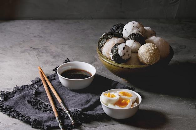 Bolinhos de arroz e ovos