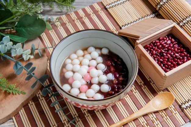Bolinhos de arroz glutinosos chineses são comidos durante o yuanxiao, servidos como sobremesa em um dia de casamento chinês no festival das lanternas e no festival do solstício de inverno