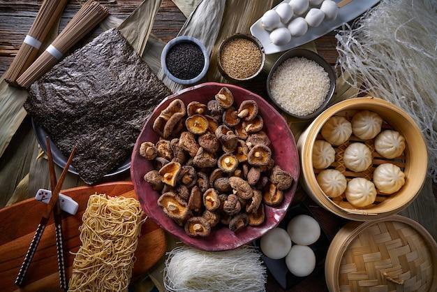 Bolinhos de arroz shiitake no vapor pãezinhos de porco macarrão