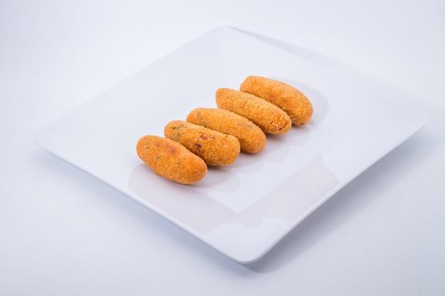Bolinhos de bacalhau ou bolinhos de bacalhau, um aperitivo tradicional em portugal sobre fundo branco