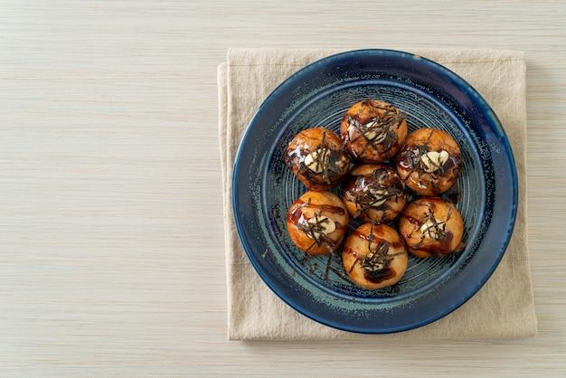 Bolinhos de bolinhos de takoyaki ou bolinhos de polvo - comida japonesa