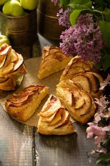 Bolinhos de canela de maçã caseira com flores lilás e apple ramos de florescência