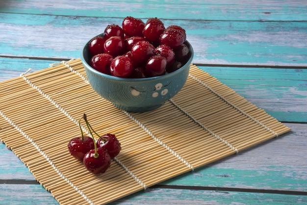 Bolinhos de cereja na mesa de madeira vintage azul