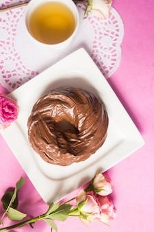 Bolinhos de chocolate assados no fundo rosa