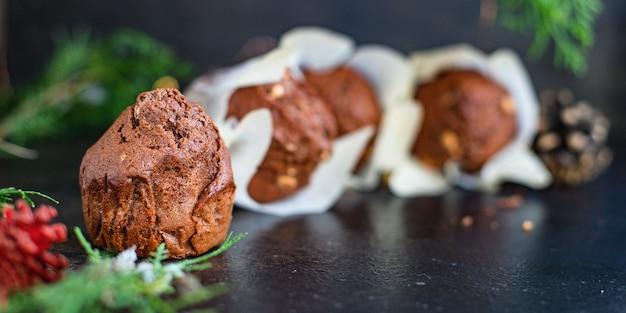 Bolinhos de chocolate, bolinhos caseiros assando bolos na mesa