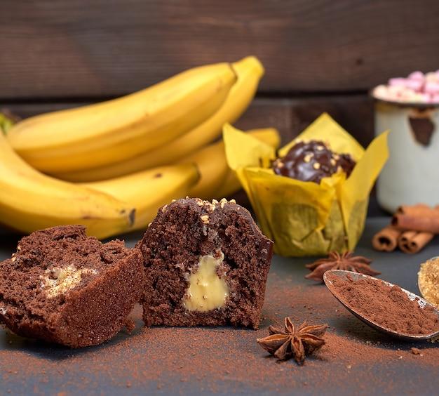 Bolinhos de chocolate com recheio de banana