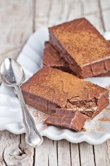 Bolinhos de chocolate escuro e colher