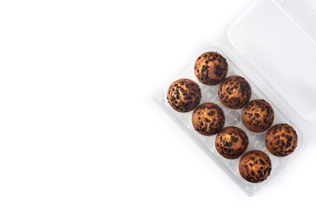 Bolinhos de chocolate recém-assados isolados no fundo branco