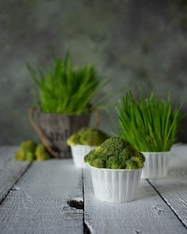 Bolinhos de dieta de brócolis fresco e ervas na mesa de madeira branca