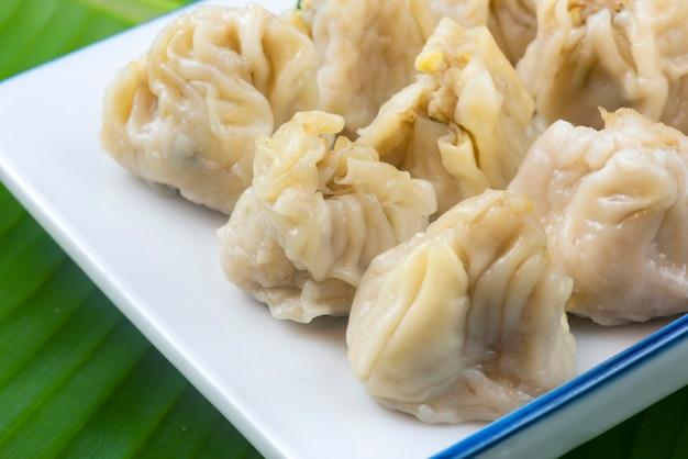 Bolinhos de dim sum chineses coloque pronto para servir em um prato chinês
