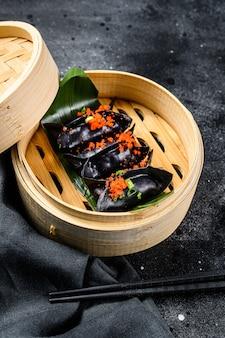Bolinhos de dim sum cozidos no vapor em vapor de bambu