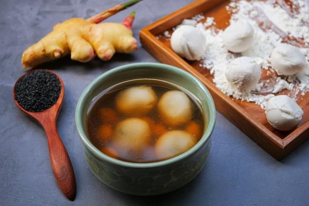 Bolinhos de gergelim preto em chá de gengibre