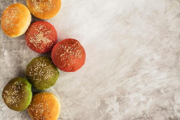 Bolinhos de hambúrguer de cor: amarelo, verde e rosa