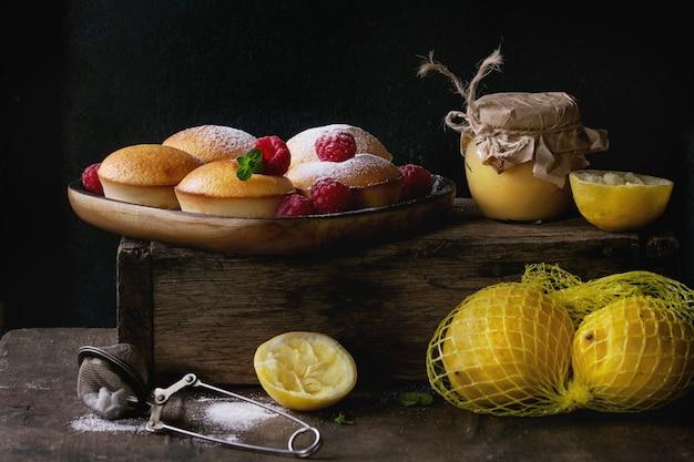 Bolinhos de limão com framboesas