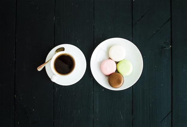 Bolinhos de macaron e xícara de café expresso