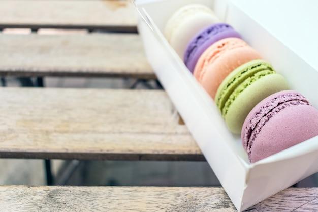 Bolinhos de macaroon francês diferentes em tons pastel