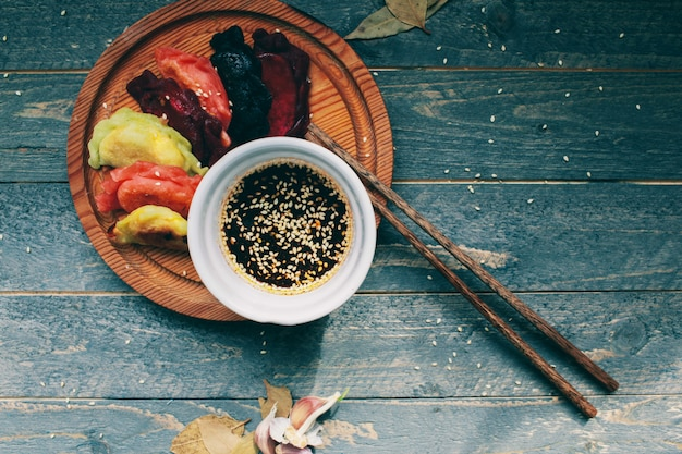 Bolinhos de massa asiáticos com molho de soja prato de gyoza japonês dim sum chinês tradicional