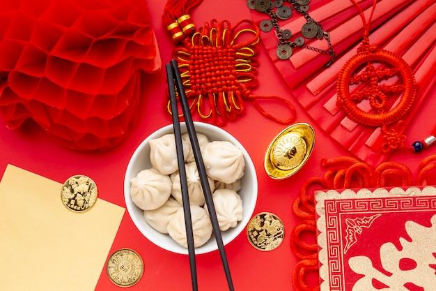 Bolinhos de massa com pauzinhos e lanterna ano novo chinês
