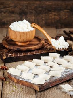 Bolinhos de massa de queijo semi-acabados vareniki