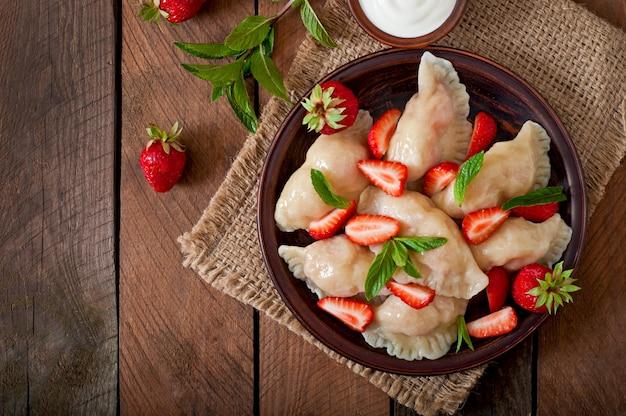 Bolinhos de massa frescos com morangos e creme de leite