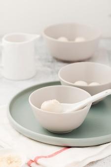 Bolinhos de massa na tigela com colher e prato