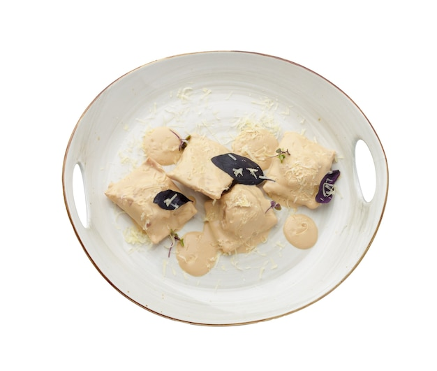 Bolinhos de massa ou vareniki com molho de cogumelos isolado no branco