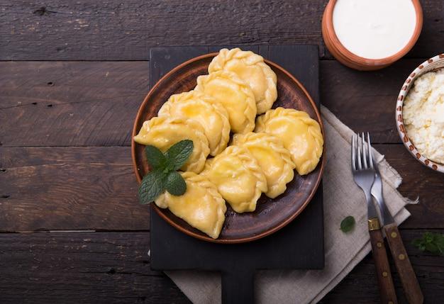 Bolinhos de massa ucranianos servidos com queijo cottage