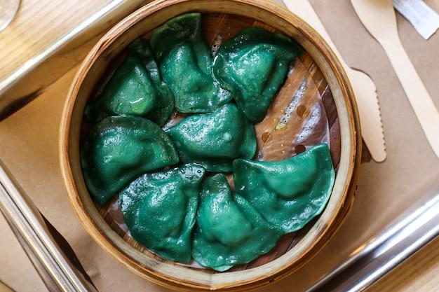 Bolinhos de massa verdes com recheio. comida típica da europa de leste varenyky