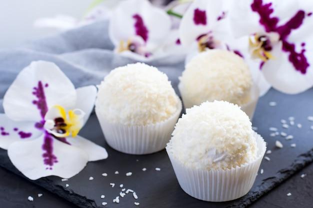 Bolinhos de merengue pavlova com esmalte e coco. foco seletivo