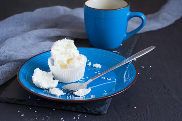 Bolinhos de merengue pavlova com esmalte e coco meio comido. foco seletivo