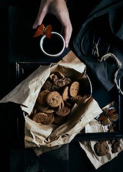 Bolinhos de microplaqueta de chocolate em rústico.