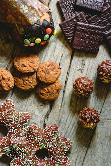 Bolinhos de microplaqueta e bombons de chocolate para ter prazer em feriados do natal