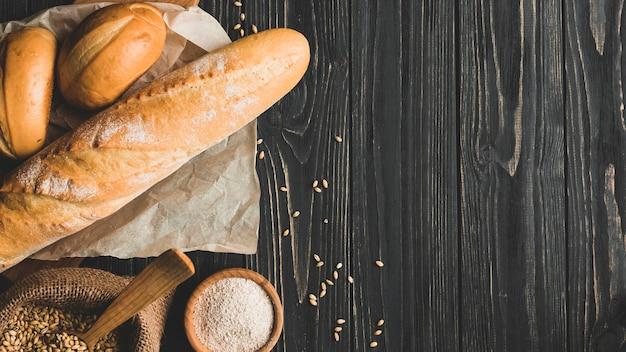 Bolinhos de pão variados em madeira
