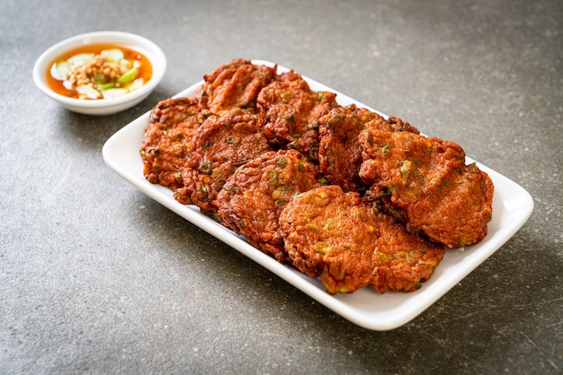 Bolinhos de pasta de peixe frito ou bolo de peixe frito - estilo de comida asiática