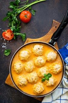 Bolinhos de peru com molho de tomate cozinhados em casa