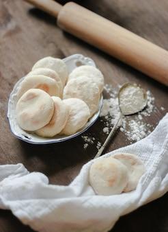 Bolinhos de pita em mesa de madeira
