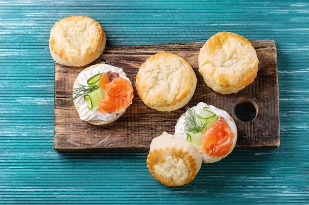 Bolinhos de queijo com salmão