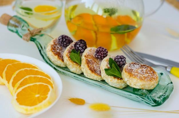 Bolinhos de queijo cottage com amoras, hortelã e creme azedo